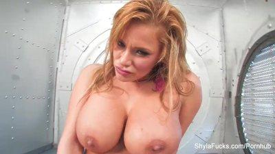 sexiga shyla leker hennes fitta i ett valv