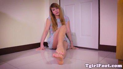 Barefeet ladyboy cracking her toes