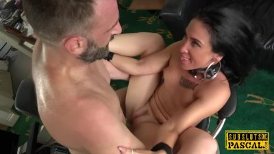 - Handcuffed UK MILF edg...