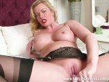 hot milf holly kiss toys wet pussy in black nylons kinky high heels gartersFür kostenlose Pornofilme hier