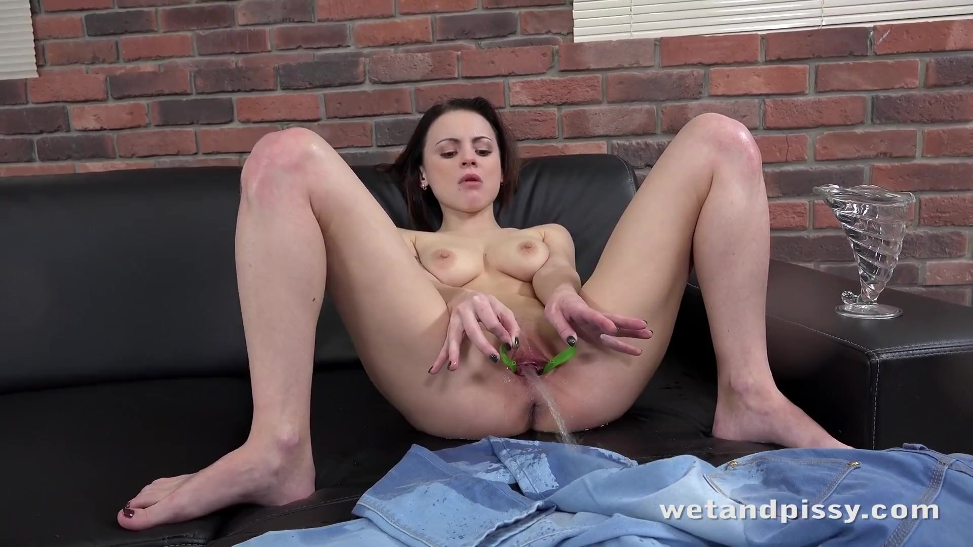 Gape/peeing girls/soaked gapes pussy toys