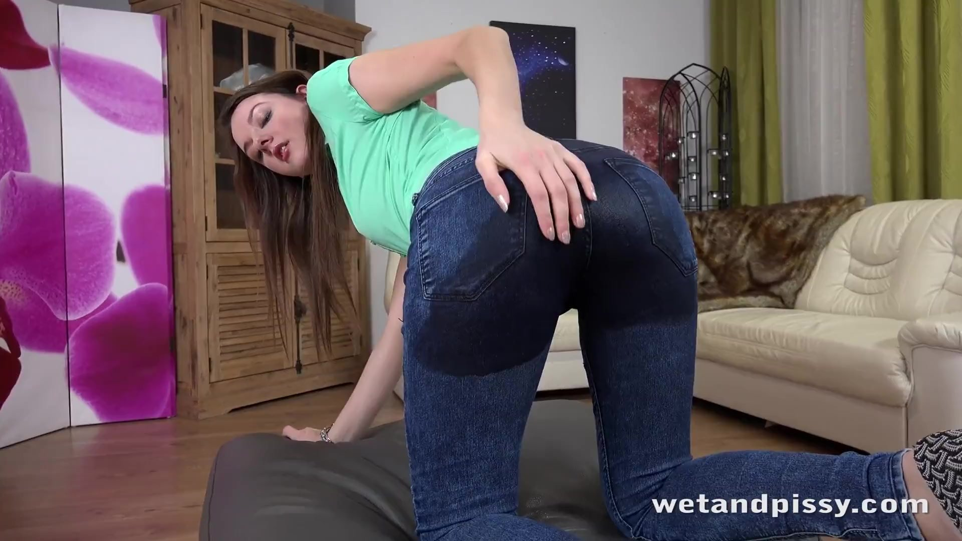 Piss in mouth/rebeca over brunette pees kubi