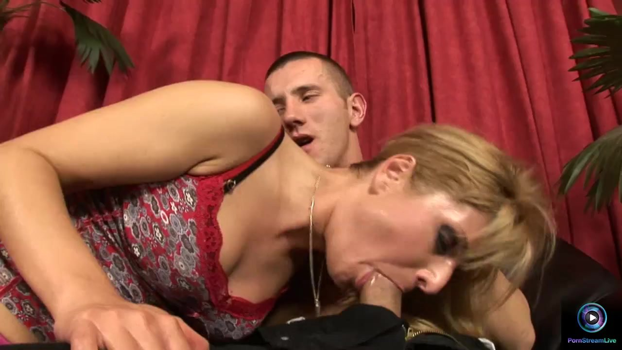 Beauty babe Victoria Shine gives Tomi's cock a shine with her pussy