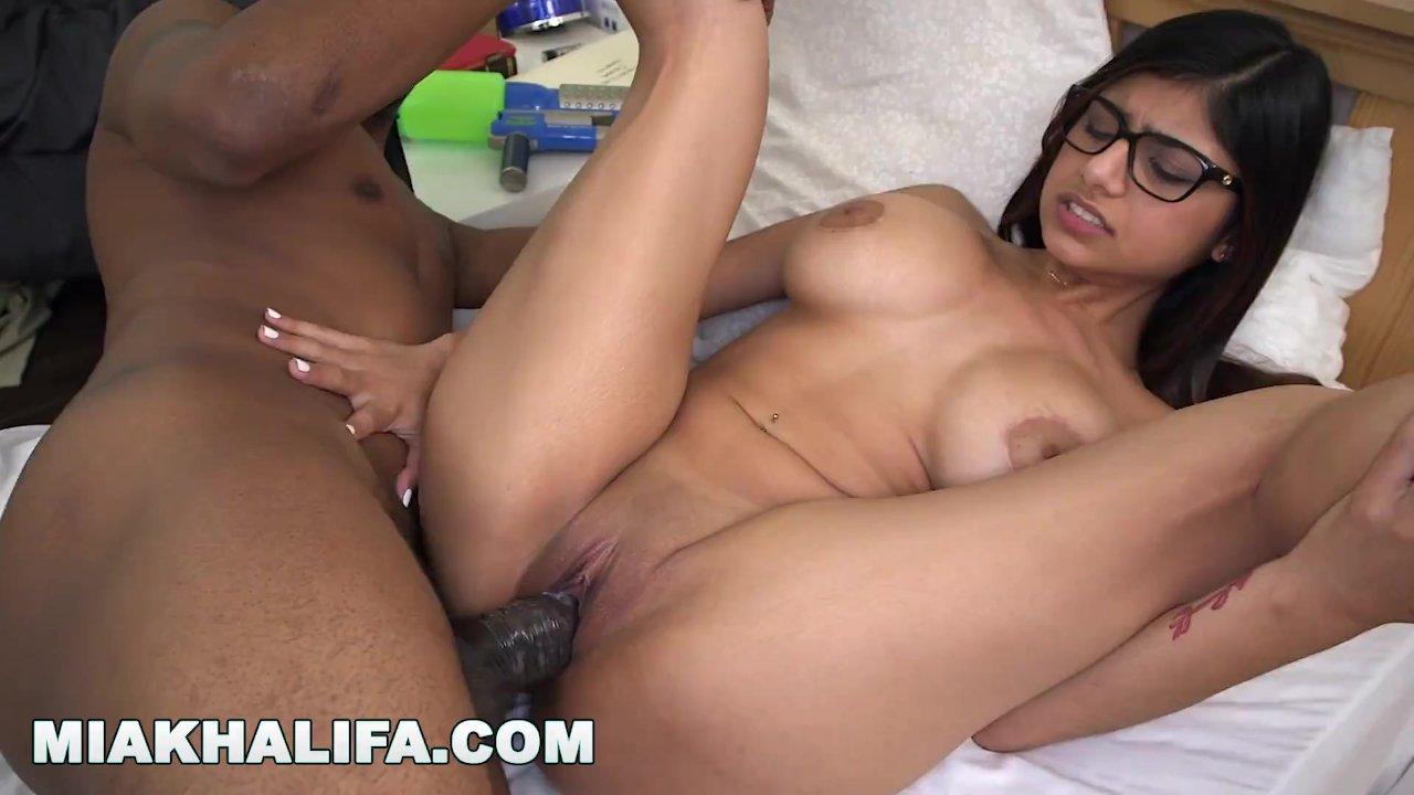Virgin Fucks Mia Khalifa