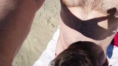 Une fellation Mollasse à la plage ! Mais elle avale mon sperme