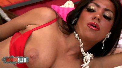 Un magnífico strip la pornstar Ivannah mostrando su coño peludo