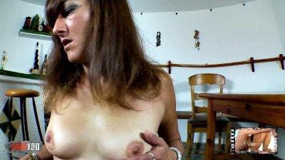 Zorra cachonda ,Samia Christal, hace un striptease delante de la web