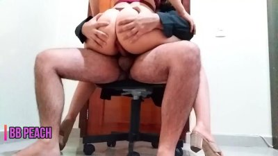 FODIDA na cadeira do escritório