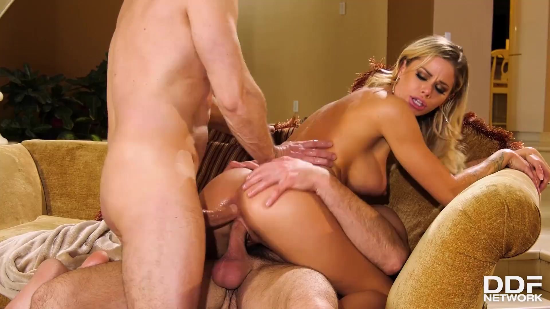 American glamour babe Jessa Rhodes can't get enough double penetration